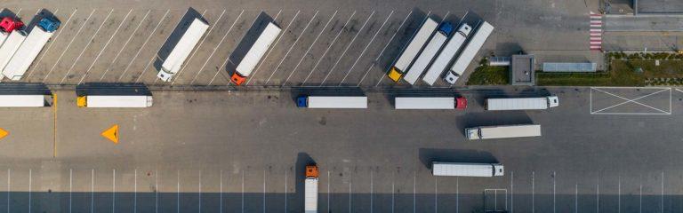 parkende LKW auf einem Werksgelände aus Vogelperspektive