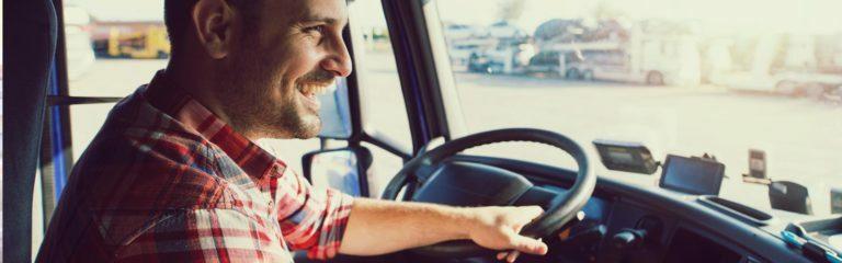 Fröhlicher LKW-Fahrer am Lenkrad