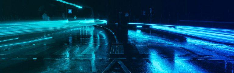 Strasse beleuchtet im Dunklen