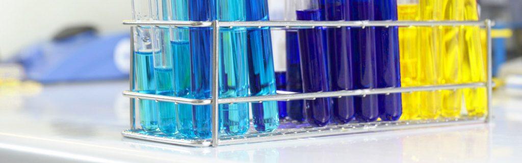 diverse Reagenzgläser mit farbiger Flüssigkeit