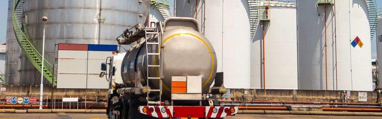 Gefahrgut geladener LKW von hinten vor Chemiepark