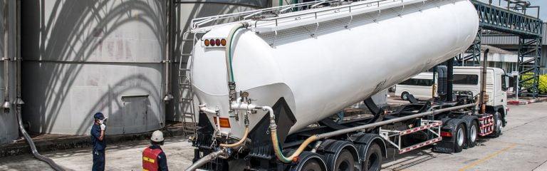 Chemielogistik: LKW Befüllung vor Chemie Tank