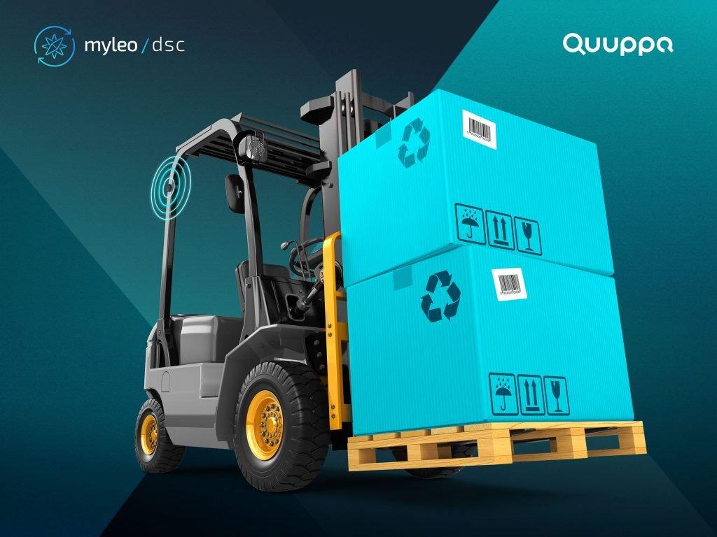 Gabelstapler transportiert schwere Pakete